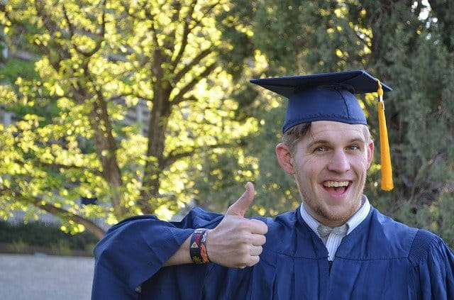 Jeune homme qui vient d'être diplômé dans le secteur du nettoyage industriel.