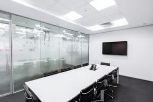 Une salle de réunion avec moquette.