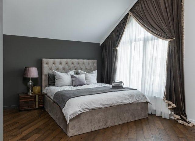 Chambre avec un grand lit.