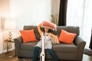 Femme épuisée des tâches ménagères.