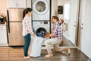 Un homme et une femme faisant le ménage.